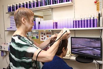 マイクロスコープで頭皮の状態を確認しながら、問診。