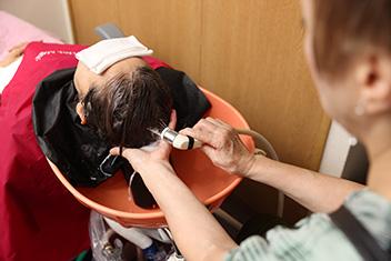 頭皮の状態に合わせた生薬・植物エキスを使用し約15分の頭皮洗浄。